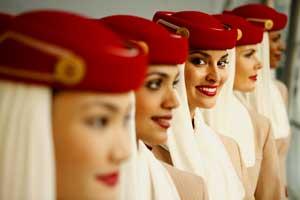 Tripulantes de cabina de Emirates con sus llamativos uniformes