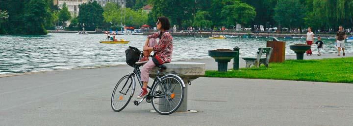 En el lago de Annecy se pueden practicar todo tipo de deportes y actividades acuáticas o pedalear por los 35 kilómetros de pistas preparadas para el cicloturismo.