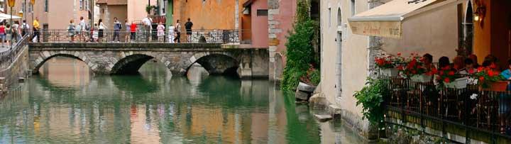 Las calles del centro histórico de Annecy están salpicadas de coquetas terracitas junto a bellos canales