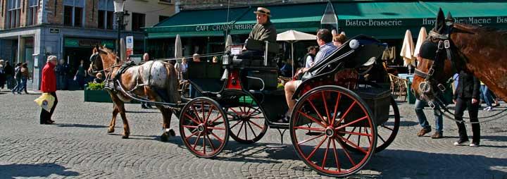 Una buena forma de recorrer las calles de Brujas es en coche de caballos