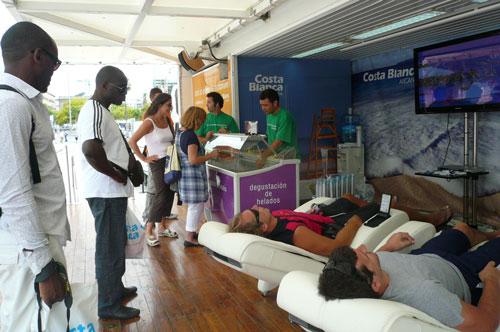 Alicante da la bienvenida al Tour de Francia en Barcelona con helados y masajes gratis