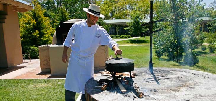 Chef cocinando una típica empanada mendocina/Foto Juan Coma