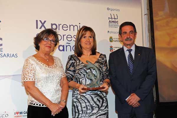 María Ángeles González recibió este galardón de manos del presidente del Gobierno de Cantabria, Miguel Ángel Revilla
