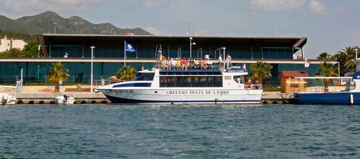 Embarcación que parte del Puerto de Sant Carles hacia las mejilloneras/Foto Juan Coma