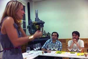La sumiller y periodista Meritxell Falgueras en un momento de la degustación