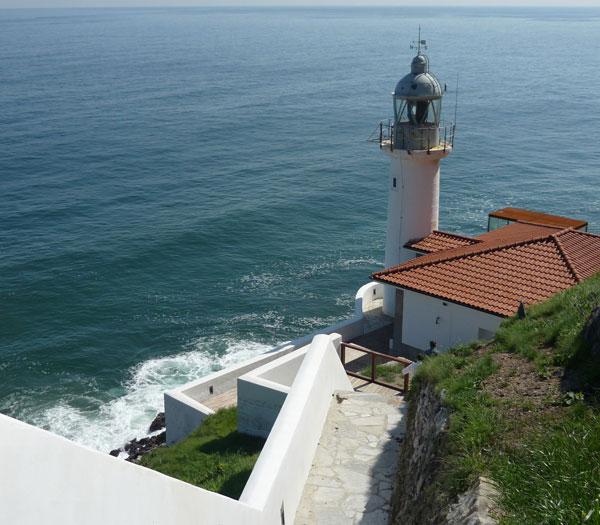 Faro de la Cerda, en la península de la Magdalena en Santander. Al fondo se ve el Faro de Cabo Mayor.