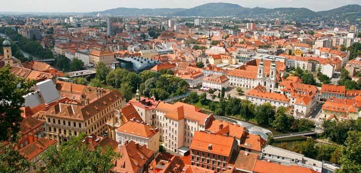 Vistas de los tejados rojos de Graz desde el Schlossberg