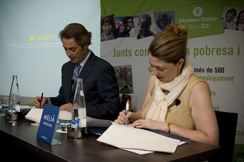 directora general de Intermón Oxfam, Ariane Arpa, y el vicepresidente de Sol Meliá, Sebastián Escarrer