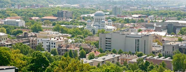 Vistas de Kaunas desde la terraza de la iglesia de la Resurrección de Cristo. En el centro, la iglesia ortodoxa de San Miguel Arcángel
