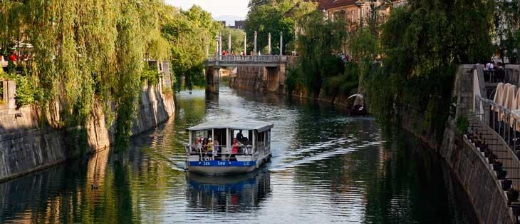 Río Ljubljanica a su paso por Ljubljana. Al fondo, el puente de los zapateros