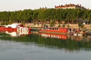 Atardecer en Lyon. Barcos atracados a la orilla del Ródano