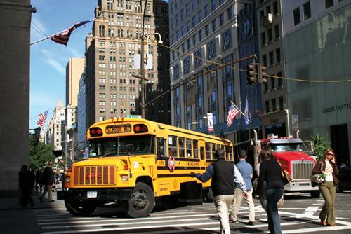 Típico autobús escolar girando desde la Quinta Avenida. Autor: Juan Coma