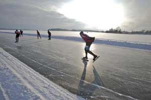 ¿Te imaginas patinar sobre el mar en Finlandia?