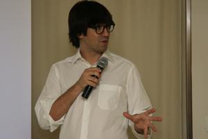 El humorista y mago, Luis Piedrahita, en un momento de la presentación