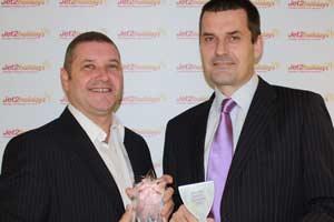 Alan Cross y Steve Heapy, directivos de Jet2Holidays, con el premio