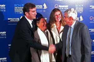 El presidente de Spanair, Ferran Soriano, con el expresidente de la Generalitat y embajador de Spanair, Pasqual Maragall, y su esposa Diana Garrigosa