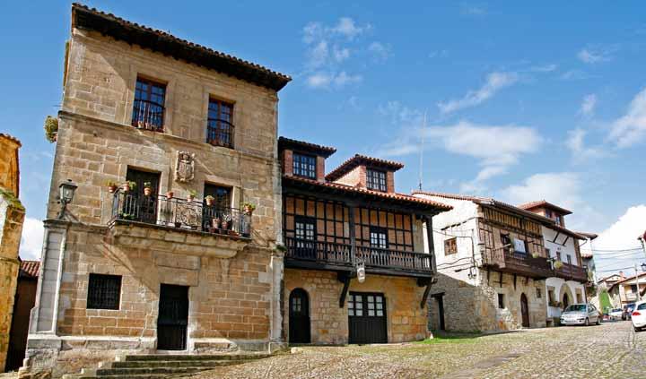 Edificios medievales ubicados en la Plaza de las Arenas de Santillana del Mar