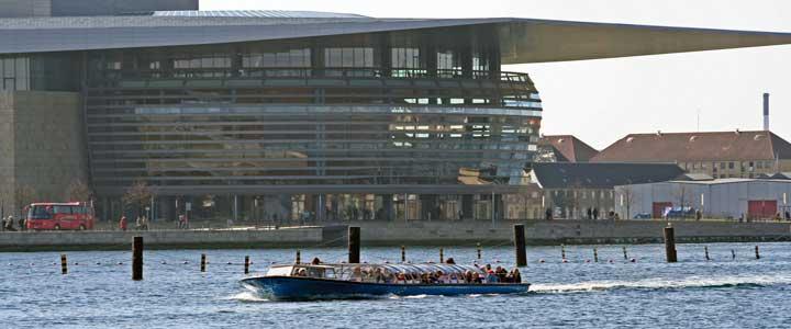 Vista del canal Inderhavnen, el brazo de agua con el que el Øresund se hace presente en la ciudad. Al fondo, la ampliación de la Biblioteca Real, más conocida por el Diamante Negro por sus vidrios oscuros