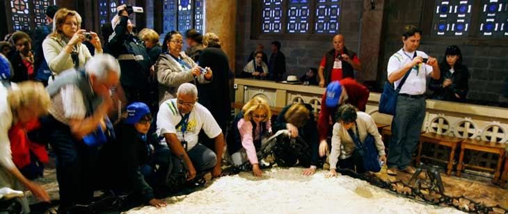 Interior de la iglesia de Todas las Naciones. Dentro está una piedra bimilenaria donde se supone que detuvieron a Cristo el Jueves Santo