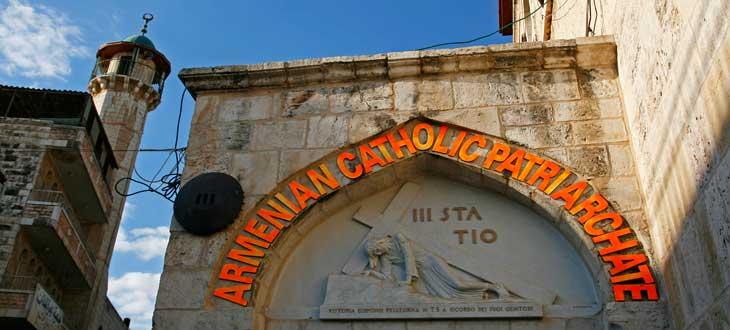 La tercera estación del Vía Crucis es la primera caída de Jesús. Hoy en día pertenece al Patriarcado armenio católico