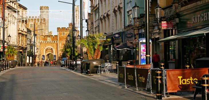 St Mary's Street, una de las arterias de Cardiff
