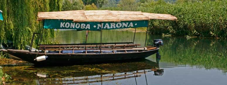 Barco que realiza un crucero fluvial por el río Neretva