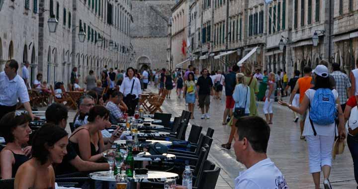 En el Stradun hay numerosos bares y restaurantes para poder desgustar la suculenta gastronomía croata