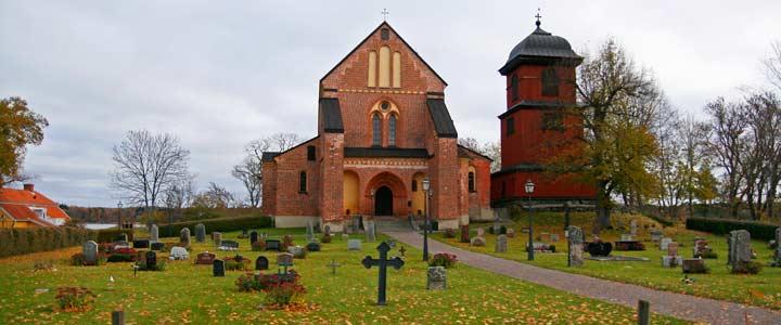 Iglesia de ladrillo junto al castillo de Skokloster