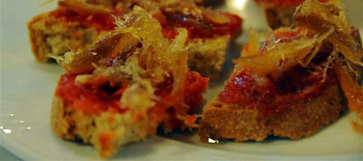 Tostadas de pimiento asado con pescado seco de Formentera