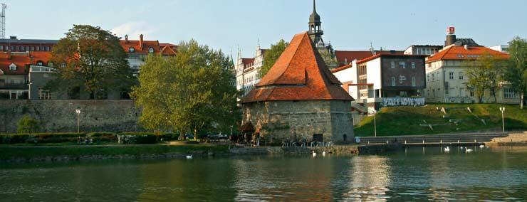 Vistas de las Torres de Defensa de Maribor desde el crucero fluvial por el río Drava