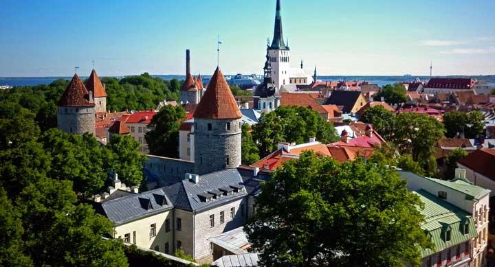 Vista de Tallin desde el mirador de Patkuli desde donde se divisa el mar, y la iglesia de Oleviste (San Olav), cuya torre es la construcción más alta de la ciudad.