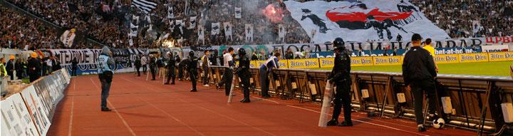 Momento del derbi futbolístico de 2009 entre Partizan y Estrella<br />Roja de Belgrado