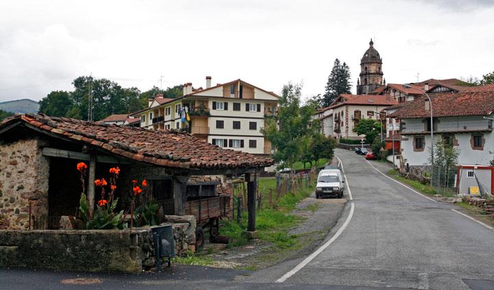 Entrada de la localidad de Irurita, donde a la izquierda todavía se conserva una vieja herrería