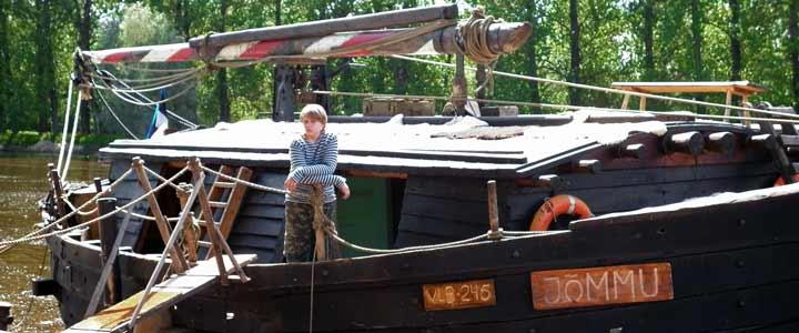 Barcaza Jommu, que recorre el río Emanjogi