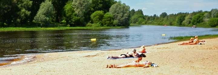 La orilla del río Emajongi se convierte en una playa cuando llega el buen tiempo