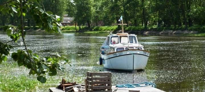 Varios barcos ofrecen cruceros fluviales por el río Emanjogi