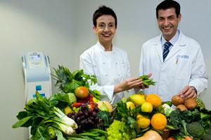 La chef Carme Ruscallleda con el Dr Manuel Sánchez, de la Clínica Planas