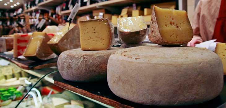 Puesto de quesos en el mercado Víctor Hugo