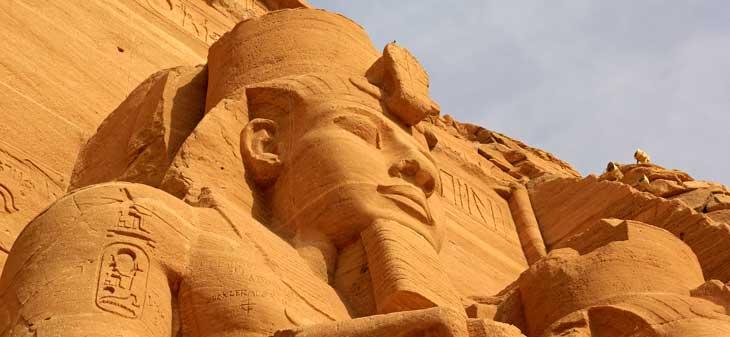 Fachada del Gran Temblo de Abu Simbel con las cuatro estatuas sedentes del faraón Ramsés II/ Foto Juan Coma