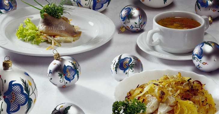 Los arenques con cebolla y aceite de oliva siempre están presentes en la mesa el día de NochebuenaRestaurante de Cracovia adornado con la típica decoración navideña/Foto Oficina Nacional de Turismo de Polonia