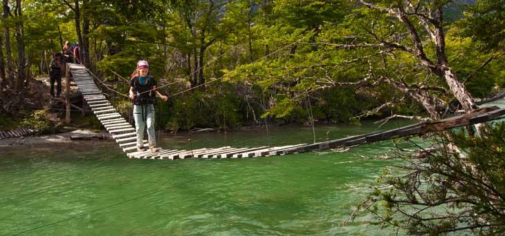 Puente colgante sobre un afluente del río Soler/Fotos Ronny Belmar