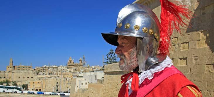 En Birgu hay un caballero de la Orden que vive en el Fuerte de St. Angelo (el de la foto es un actor) /Foto María Jesús Tomé
