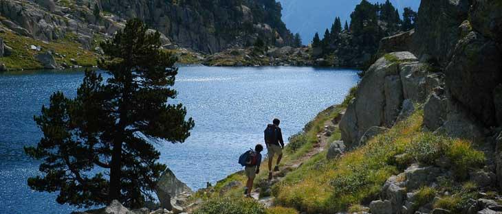 Excursionistas en un lago del Parque Nacional de Aigüestortes. © Jordi Pou