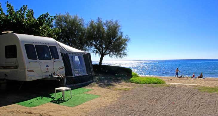 Algunas parcelas del Camping Playa Montroig están al lado del mar