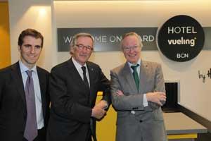 De izquierda a derecha, el Director de Operaciones de Hoteles Catalonia, Guillermo Vallet, el alcalde de Barcelona, Xavier Trias y el presidente de Vueling, Josep Piqué.