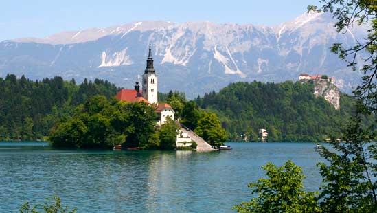 Isla del lago de Bled y, al fondo, el castillo