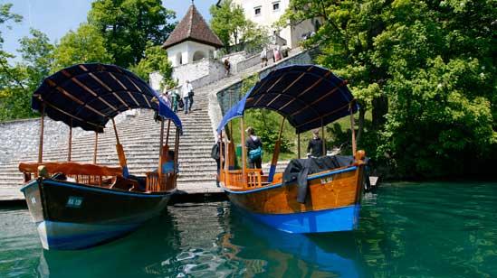 Barcas que llevan a la isla de Bled