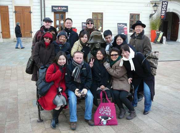 Soldado de Napoleón de la Plaza Mayor de Bratislava rodeado de turistas