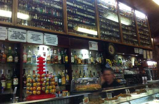 Interior del Quimet d'Horta, uno de los locales más emblemáticos de este barrio barcelonés