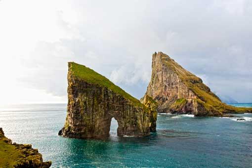 Drangarnir es el nombre que reciben los dos peñones de piedra ubicados entre el islote de Tindhólmur y la isla de Vágar, en las Feroe. © Per Morten Abrahamsen